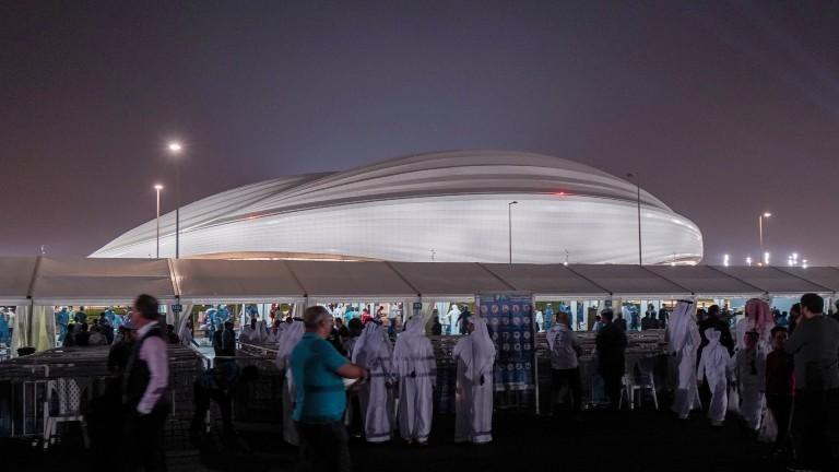 Katarische Fans kommen zur Eröffnung des Al-Wakrah Stadions. Die erste Spielstätte, die für die WM 2022 neu gebaut wurde.