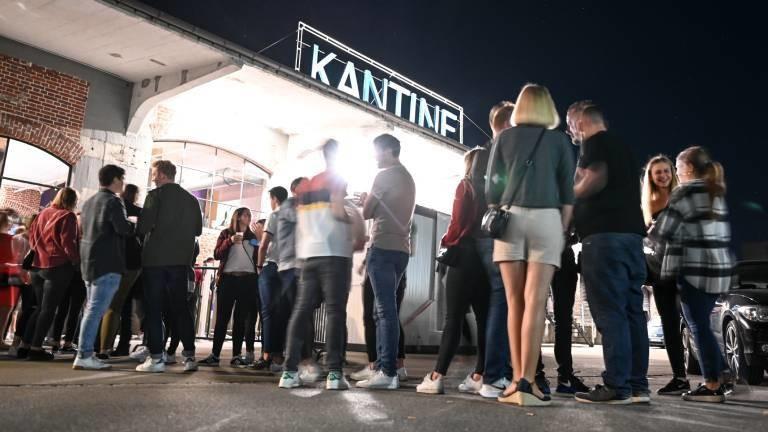 Dutzende Menschen warten vor dem Club Kantine, um nach einem Corona-Test in den Club zu dürfen. Dank eines Modellprojektes darf der Club öffnen.