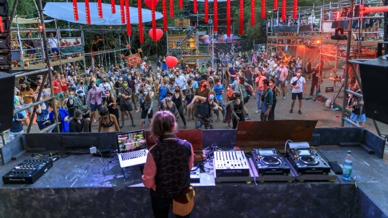 Party mit Maske: Festival auf der Wilden Möhre bei Drebkau in Brandenburg