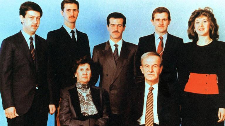Die Familie Assad um das Jahr 1992: Erste Reihe: Hafez al-Assad und seine Frau Anisa Makhlouf. Hintere Reihe von links: Maher, Bashar, Bassel, Majid und Bushra al-Assad
