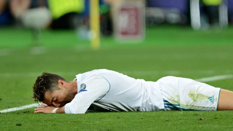 Cristiano Ronaldo liegt auf dem BOden