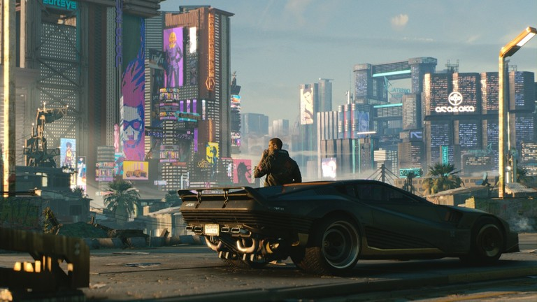 Screenshot aus dem Spiel Cyberpunk 2077: Ein Mann lehnt an einem schwarzen Sportauto und blickt auf die Skyline der Stadt