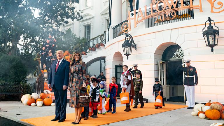 Objekt des Amtsenthebungsverfahrens: Melania und Donald Trump empfangen am 28.10.2019 vor dem Weißen Haus Kinder zu Halloween