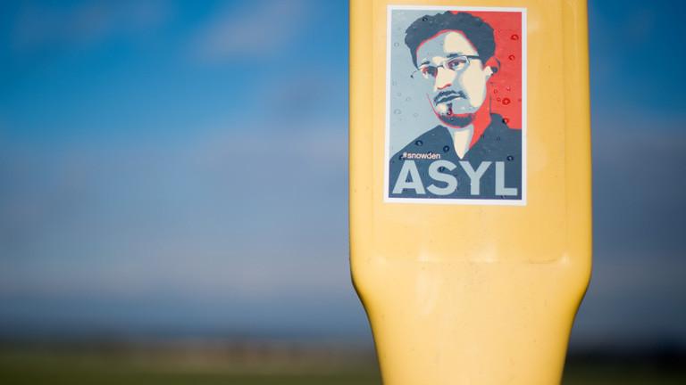 Ein Aufkleber, mit dem Asyl für den Informanten Edward Snowden gefordert wird, klebt am 11.02.2014 auf einem Masten bei Beckedorf im Landkreis Schaumburg (Niedersachsen).
