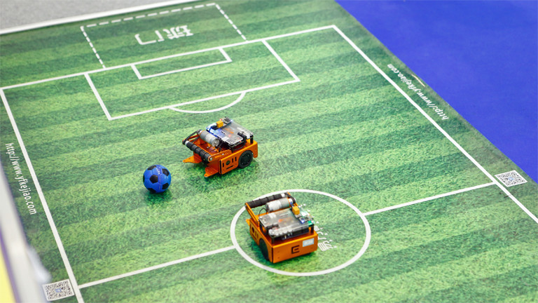 Auf der Inventions Geneva: Roboter beim Fußballspielen