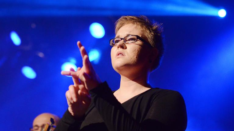 Die Gebärdendolmetscherin Laura Schwengber bei der Arbeit – hier während eines Konzerts in Potsdam 2014
