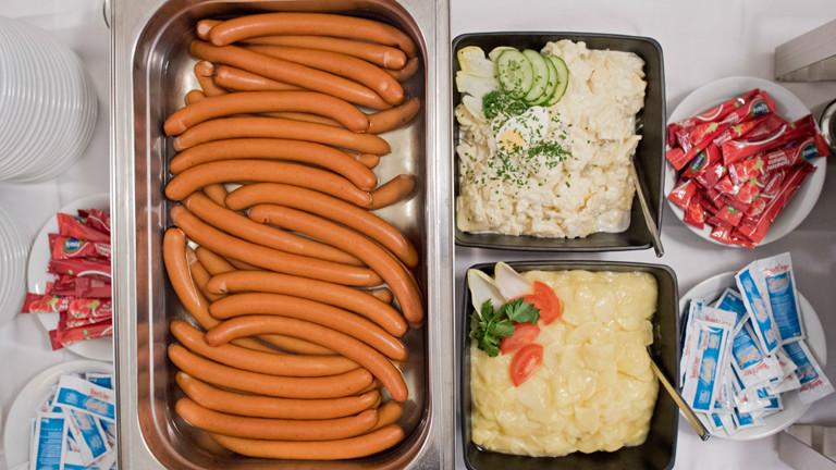 Würstchen mit Kartoffelsalat: typisches Weihnachtsessen