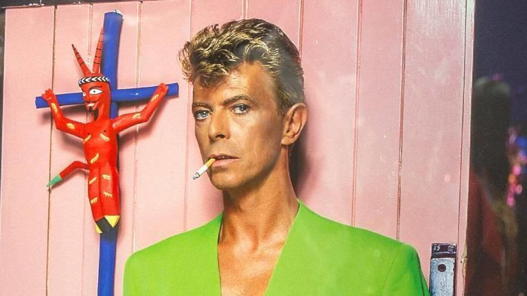 David Bowie im grünen Anzug
