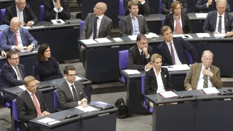 FDP-Fraktion und AfD-Fraktion im Deutschen Bundestag. Vorne: Christian Lindner, Marco Buschmann, Beatrix von Storch, Alexander Gauland. Oktober 2017