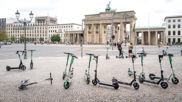 Abgestellte E-Scooter am Brandenburger Tor in Berlin