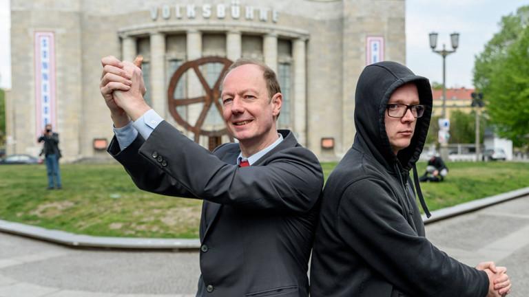Zwei Männer vor der Volksbühne