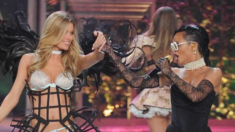 Sängerin Rihanna präsentiert ihre Unterwäschekollektion zusammen mit einem Model