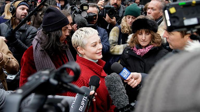Die Schauspielerin Rose McGowan umringt von Presseleuten