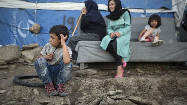 Eine Familie sitzt neben den Zelten in einem provisorischen Lager nahe dem Flüchtlingslager Moria 24.09.2019