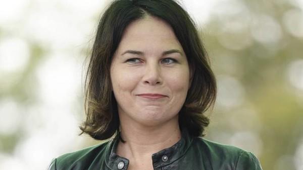 Annalena Baerbock grinst