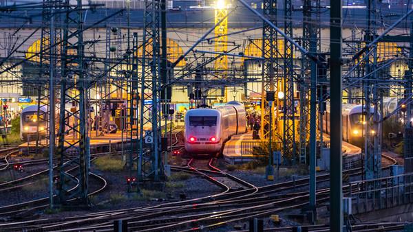 Der Hauptbahnhof Stuttgart im Abendlicht
