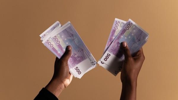 Hände mit 500-Euro-Noten