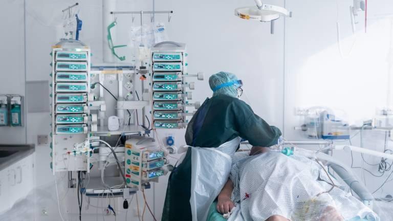 Pflegekraft versorgt Coronapatienten auf einer Intensivstation