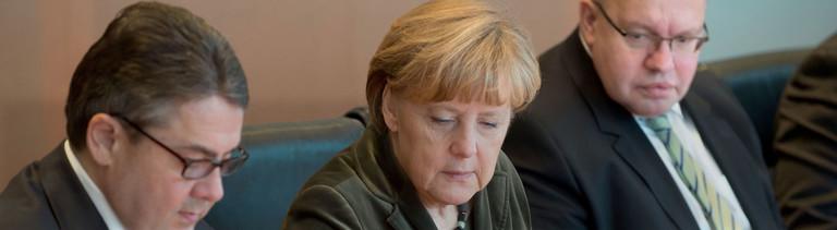 Sigmar Gabriel, Angela Merkel und Peter Altmaier am Kabinettstisch in Berlin.