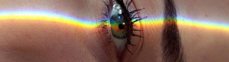 Wach: Auge mit Schminke und Lichtbogen