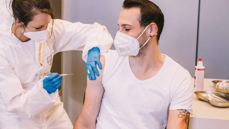 Die Medizinische Fachangestellte Mai-Ly Dang Van beim Impfen eines Mitarbeiter des Nürnberger Hotels Arvena Park am 08.05.2021