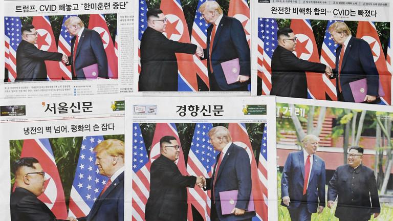 Südkoreanische Zeitungen, auf deren Titel der Handschlag zwischen Donald Trump und Kim Jong-Un zu sehen ist.