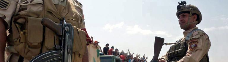 Irakische Militärautor transportieren befördern Freiwillige, um gegen den Vormarsch der Isis-Terroristen vorzugehen.