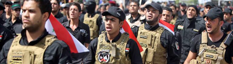 In Bagdad marschieren schiitische Soldaten am 21.06.2014 durch die Straßen.