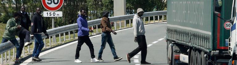 Flüchtlinge auf der Straße in der Nähe des Eurotunnels bei Calais.