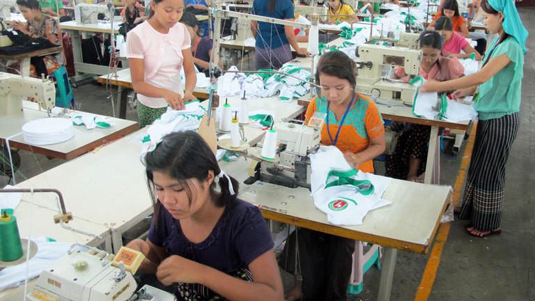Näherinnen in einer Textilfabrik in Rangun, Myanmar
