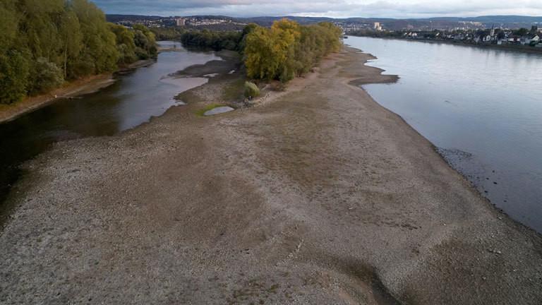 Die Luftaufnahme am 02.10.2018 mit einer Drohne zeigt eine Sandbank an der Rheininsel Niederwerth, die durch die anhaltende Trockenheit entstanden ist. Das sinkende Niedrigwasser des Rheins nähert sich Rekordwerten.