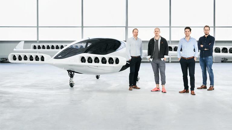 Die Gründer von Lilium-Flugtaxis vor ihrem Flugzeug