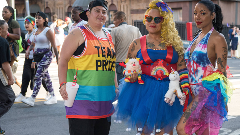 Drei Teilnehmende der 23. Brooklyn Pride Parade