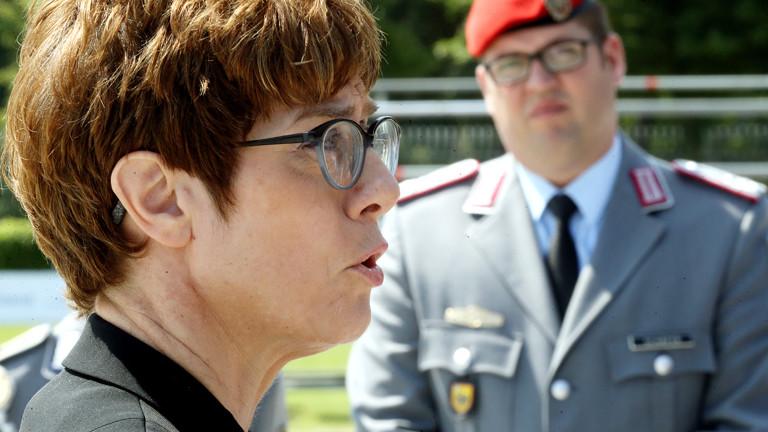 Annegret Kramp-Karrenbauer vor Soldat