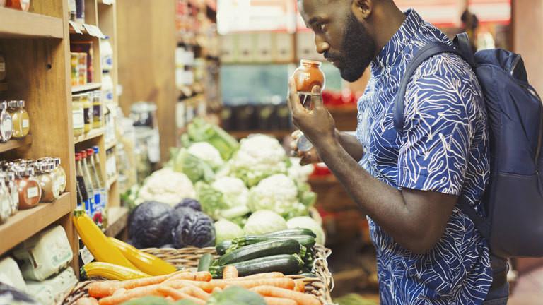 Ein Mann kauft im Supermarkt ein.