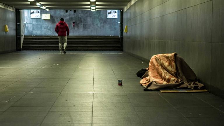 Obdachloser schläft in Unterführung