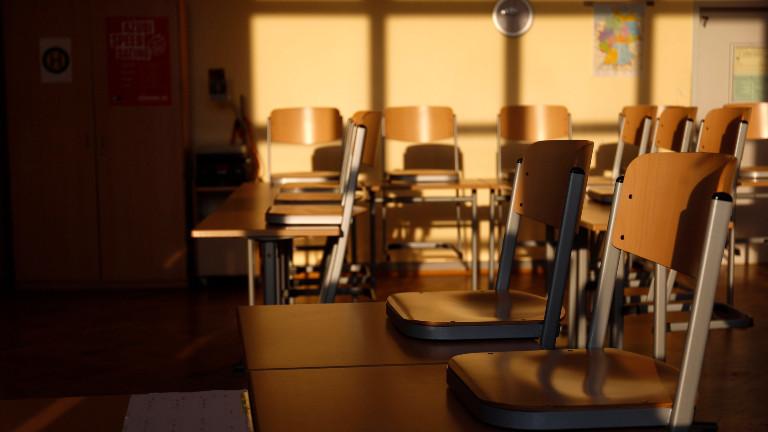 Leere Stühle in einem Klassenzimmer