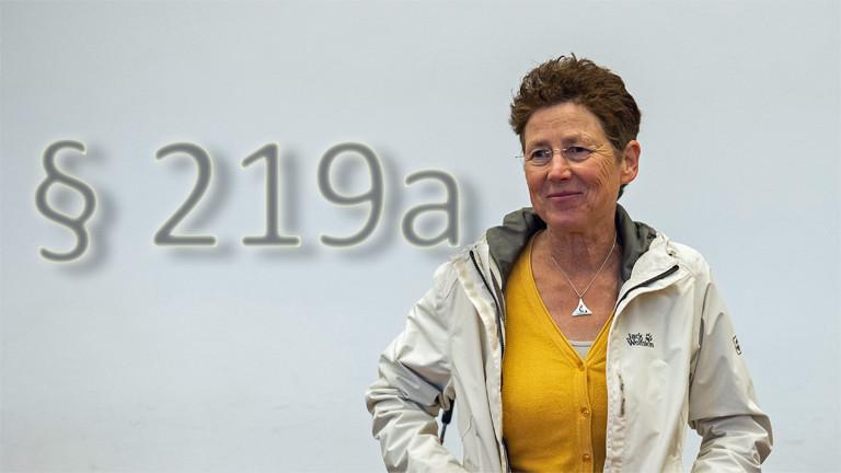 Die Gießener Ärztin Kristina Hänel steht vor Beginn des Berufungsprozesses im Gerichtssaal