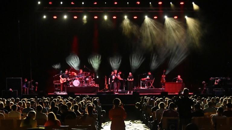 Der deutsche Popsänger Tim Bendzko (M, hinten) tritt während eines Großversuchs der Universitätsmedizin Halle/Saale in der Arena Leipzig mit einer Band auf der Bühne auf. Rund 1400 Besucher beteiligen sich an dem Versuch unter dem Titel «Restart-19», bei dem der Popsänger Tim Bendzko bei einem Konzert auftritt.