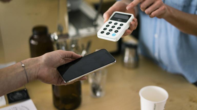 Kontaktloses Bezahlen in einem Café (Symbolbild)