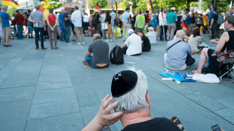 Mann mit Kippa während einer Kundgebung AfD-naher Gruppen am 9. Juni 2018 in Berlin