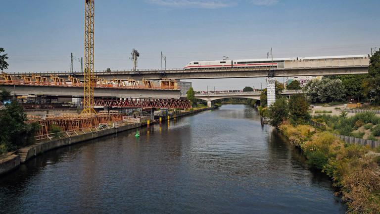 Brückenbau über den Berliner Schifffahrtskanal im August 2018