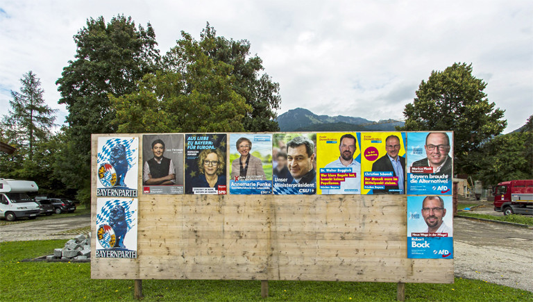 Plakatwand mit Wahlplakaten für die Landtagswahl in Bayern 2018