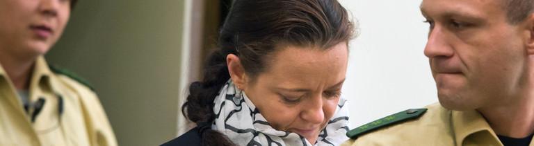 Die Angeklagte Beate Zschäpe betritt am 15.07.2014 den Gerichtssaal im Oberlandesgericht in München (Bayern).