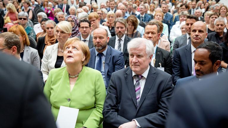 Angela Merkel und Horst Seehofer bei einer Gedenkveranstaltung für die Opfer von Flucht und Vertreibung im Deutschen Historischen Museum am 20. Juni 2018