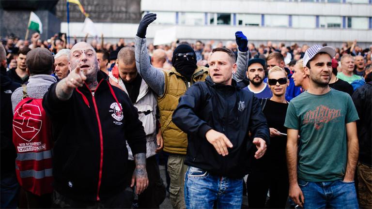 Pöbeln und Vermummen: Demonstration von Rechtsextremen und Hooligans am 27. August in Chemnitz