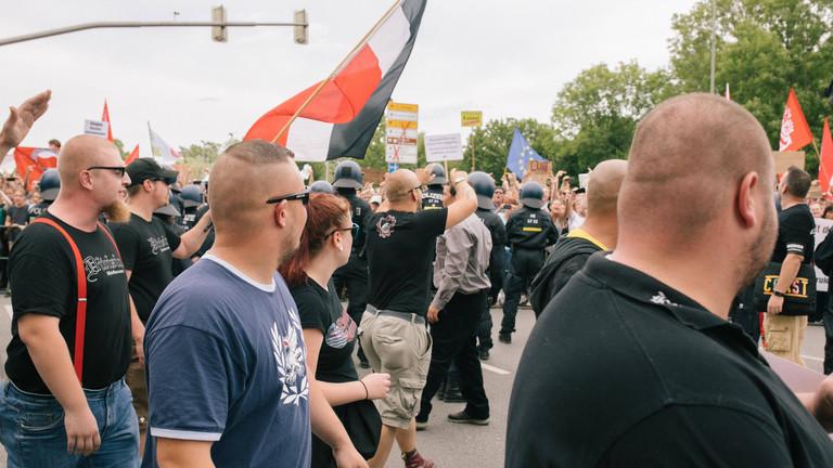 20.07.19 Demonstration von Die Rechte in Kassel - Teilnehmer mit Combat 18 Shirt vor Gegenprotest -