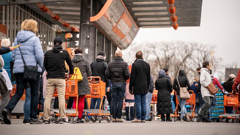 20.03.2020, Berlin: Einkäufer stehen in einer Schlange vor einem OBI Baumarkt werden durch das Sicherheitspersonal nur einzeln eingelassen.