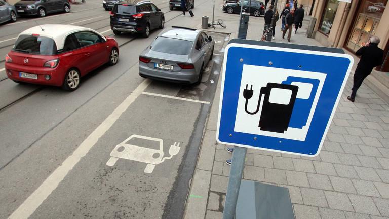 Verkehrszeichen zur Elektro-Ladestation in München