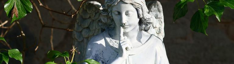 Engelfigur auf einem Friedhof in Berlin Anfang April 2020